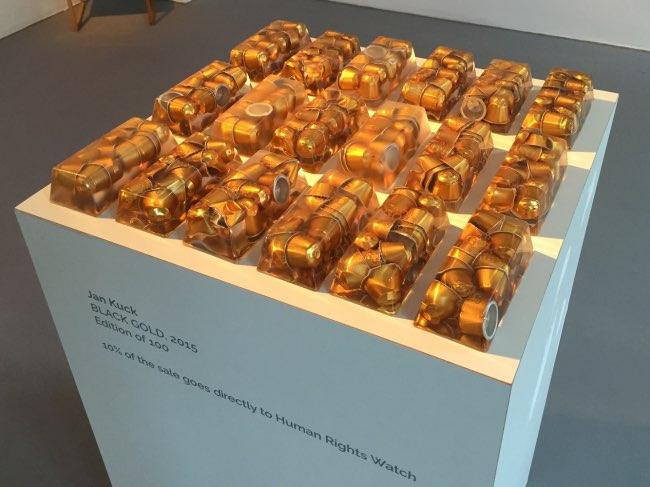 black gold jan kuck capsules cafe art sculpture 4 - Cet Artiste Transforme les Capsules de Café en Lingots d'OR