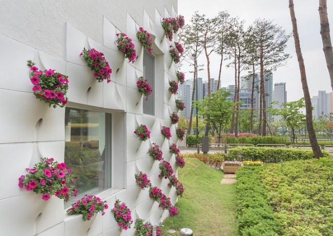 oa lab panneaux miniatures mur maison 0 - La Façade Extérieure de cette Maison Intègre des Jardinières
