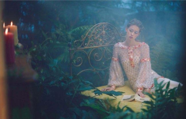 , Quand Vogue Chine s'Inspire d'Alice au Pays des Merveilles