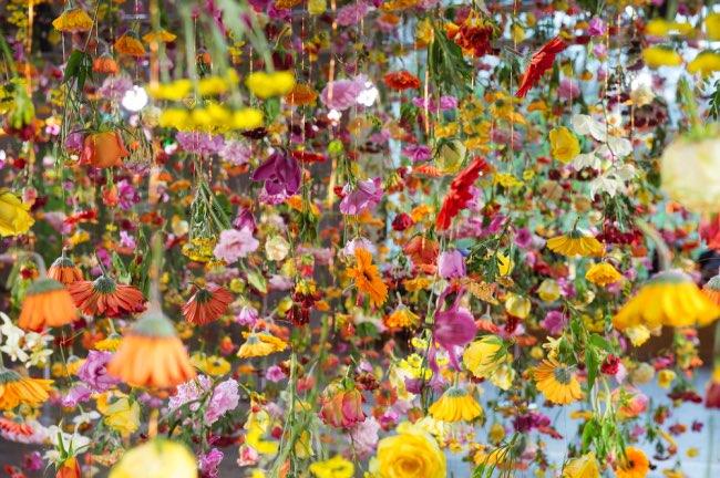 rebecca-louise-law-jardin-suspendu-fleurs-berlin-3