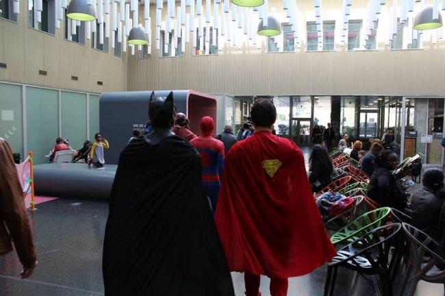 , Des Super Héros à l'Hôpital Necker, les Enfants sont Ravis (video)