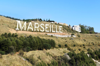 enseigne lettre panneau geant marseille netflix serie 2 331x219 - Marseille en Lettres Capitales sur les Hauteurs de la Cité Phocéenne