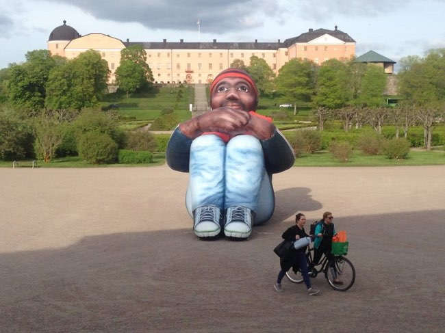 , Une Sculpture Géante de Réfugié Fait le Tour du Monde en Bateau (video)