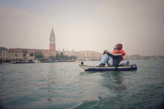 inflatable-refugee-sculpture-gonflable-bateau-6