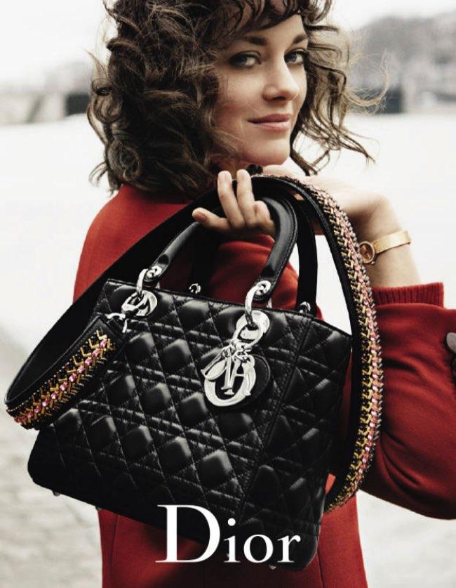 , Avec son Sac Dior, Marion Cotillard se Promène sur les Bords de Seine