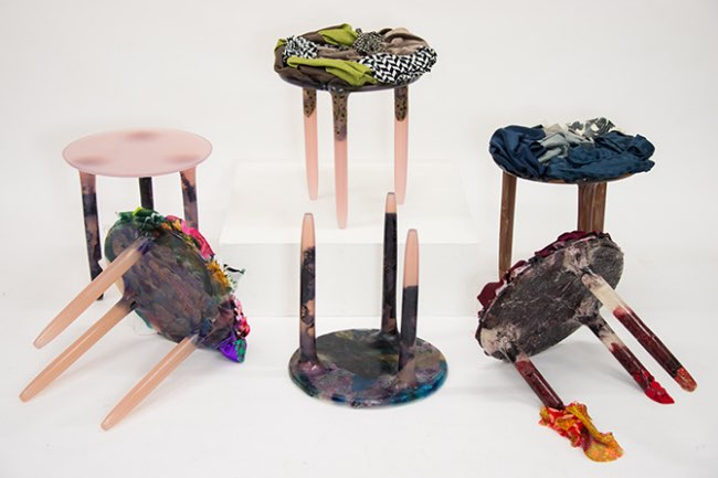 , Il Recycle les Vêtements pour en Faire des Tabourets Design