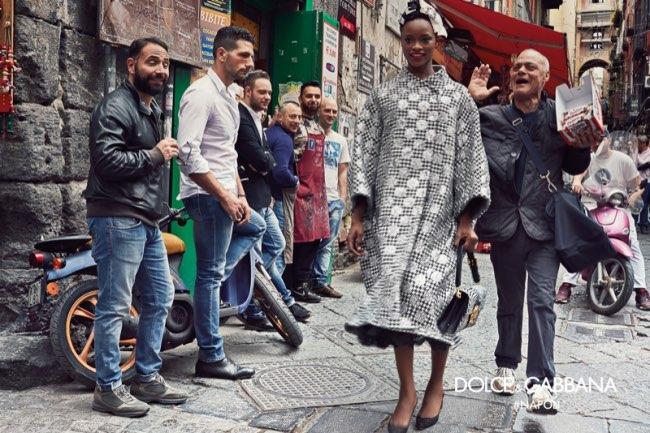 dolce gabbana femme hiver 2016 2017 campagne 1 - Dolce & Gabbana Arpente les Rues Animées de Naples pour l'Hiver 2016