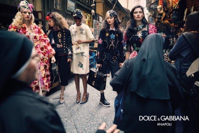 dolce gabbana femme hiver 2016 2017 campagne 3 - Dolce & Gabbana Arpente les Rues Animées de Naples pour l'Hiver 2016