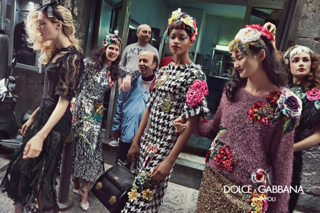 dolce gabbana femme hiver 2016 2017 campagne 4 - Dolce & Gabbana Arpente les Rues Animées de Naples pour l'Hiver 2016