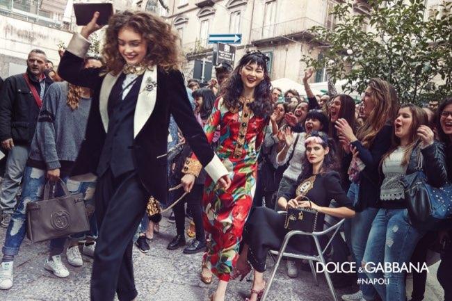 dolce gabbana femme hiver 2016 2017 campagne 6 - Dolce & Gabbana Arpente les Rues Animées de Naples pour l'Hiver 2016