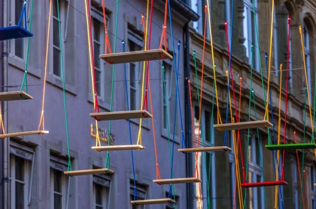 , 450 Balancoires de Toutes les Couleurs dans les Rues de Luxembourg