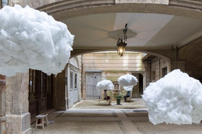 , La Tête dans les Nuages pour une Installation d'Art Poétique