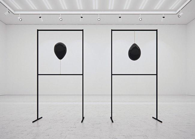 tadao cern black balloons installation ballons art 3 - Artistique Installation de Ballons Gonflés à l'Hexafluorure de Soufre