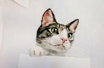 gogo5 broderies chiens chats chemise poche 3 331x219 - Des Chats et des Chiens Brodés dans les Poches de Chemises