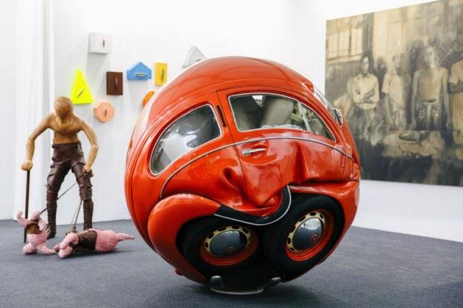 , L'Art de Compresser en Boule de Vraies Voitures des Années 50