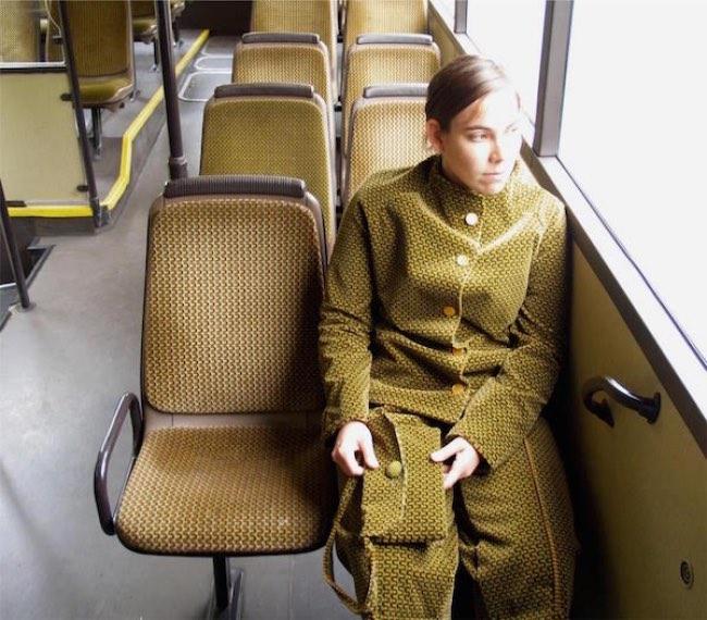 , Cette Artiste Utilise les Tissus des Bus pour Passer Inaperçue