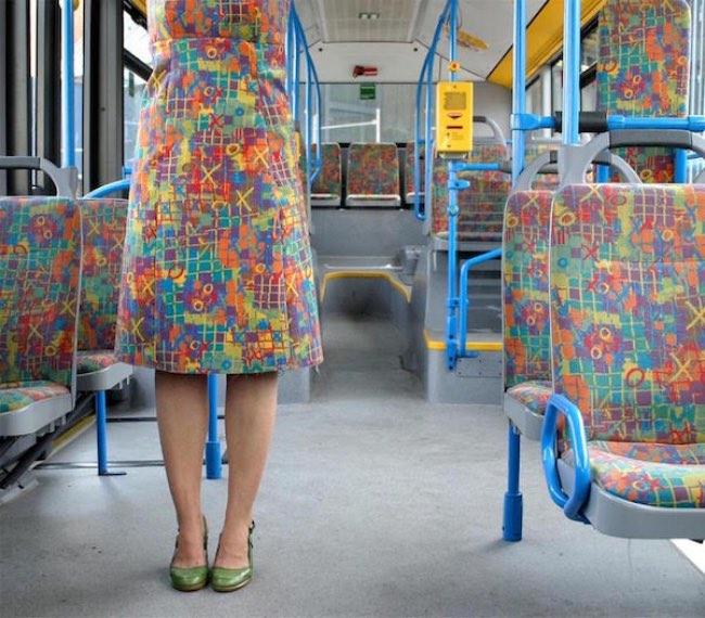 Super Cette Artiste Utilise les Tissus des Bus pour Passer Inaperçue  AI18