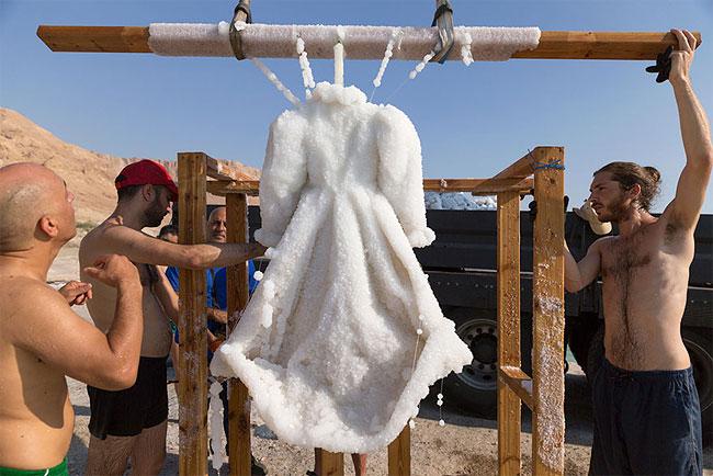 , Plongée 2 ans dans la Mer Morte cette Robe s'est Couverte de Cristaux de Sel Marin Scintillants