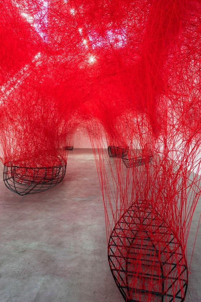 , Cette Installation Sculpturale en Fil Rouge est Tétanisante