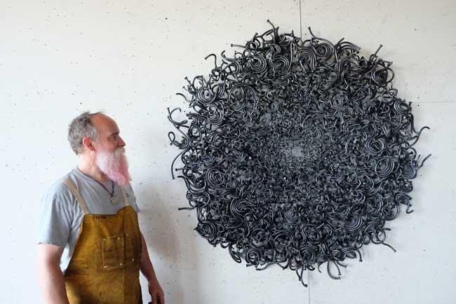 , Des Clous Ordinaires Transformés en Sculptures Extraordinaires