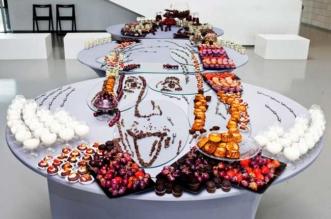 jolita vaitkute food art installation anamorphose 1 331x219 - Portraits en Anamorphose Faits de Fruits, Légumes et Pâtisseries (video)