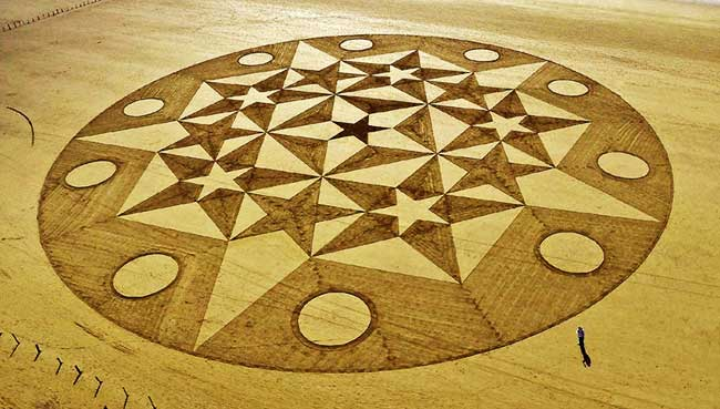 , Gigantesques Fresques Géométriques Dessinées sur le Sable
