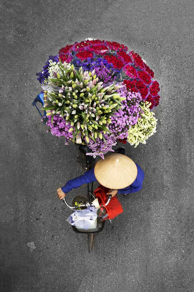 vendeurs rue vietnam loes heerink, Portraits Aériens de Vendeurs de Rue aux Artistiques Bouquets de Fleurs