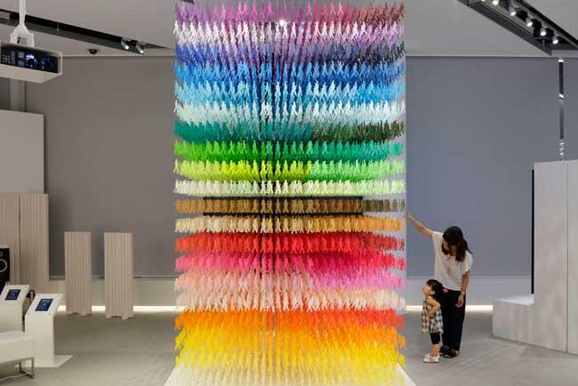 , Installation d'Art Composée de 18000 Silhouettes en Papier