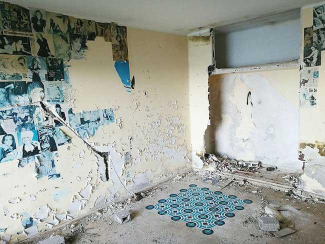 , Artistiques Mosaïques au Pochoir dans les Batiments Abandonnés