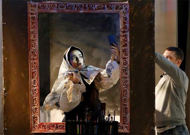 , Cette Artiste se Transforme en Peinture bien Vivante