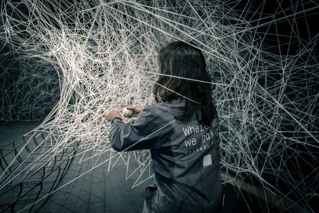 , L'Artiste Chiharu Shiota Tisse sa Toile au Bon Marché de Paris