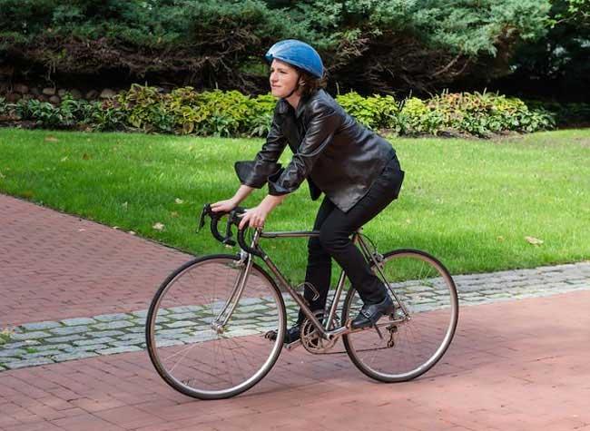 ecohelmet casque velo carton pliable isis shiffer 1 - EcoHelmet, le Casque à Vélo en Carton qui Cartonne (video)