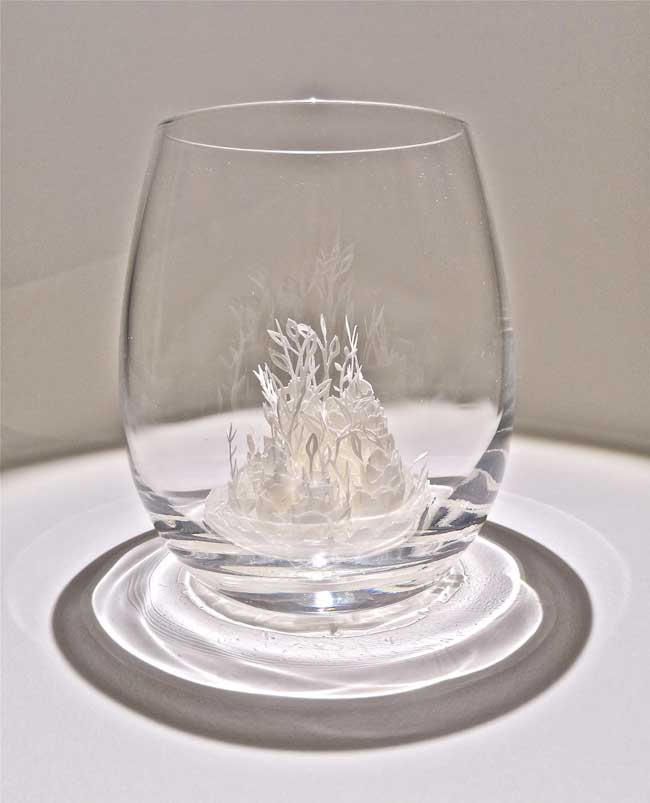 ayumi shibata sculptures ville miniature verre 2 - Fragiles Villes Miniatures en Papier dans des Coupes en Verre