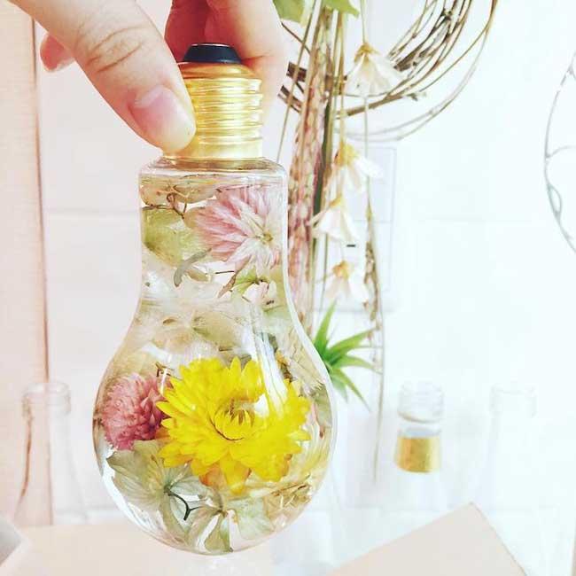 , Elle Met de Vraies Fleurs dans des Ampoules tels de Précieux Bijoux