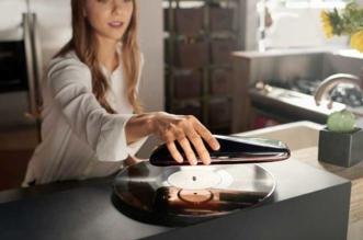 love turntable yves behar tourne disque design 3 331x219 - Yves Behar Invente le Tourne Disque Connecté de Poche (video)