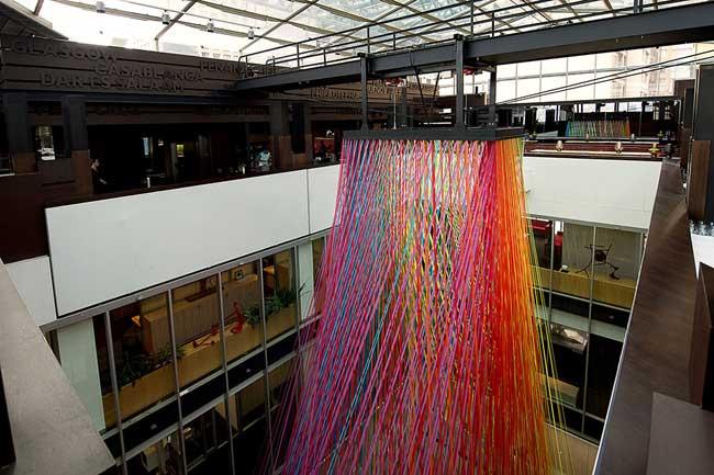 installation artistique ruban, Cascade de Couleurs pour une Installation d'Art dans un Atrium à Sydney