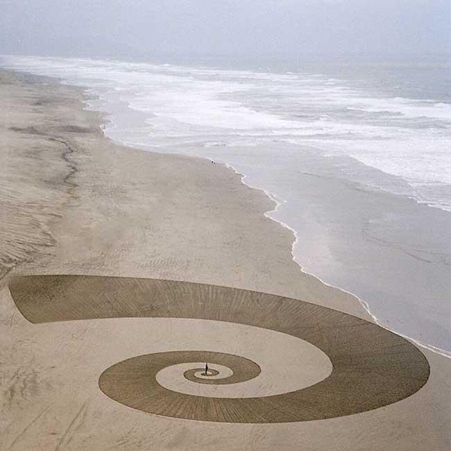 jim denevan dessins sable 1 - Monumentaux Dessins Géométriques sur le Sable en Bord de Mer (video)