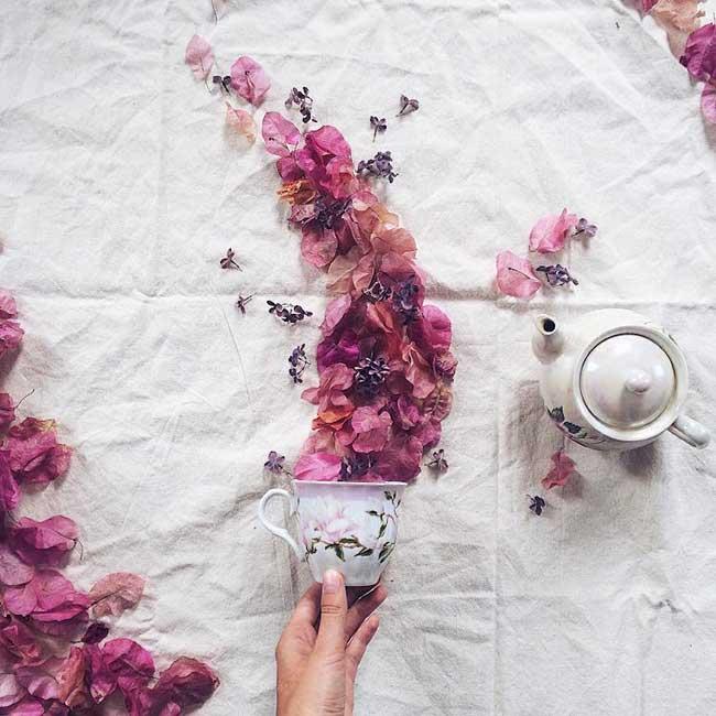 Marina Malinovaya, Des Tasses de Thé Débordantes de Fleurs et de Feuilles