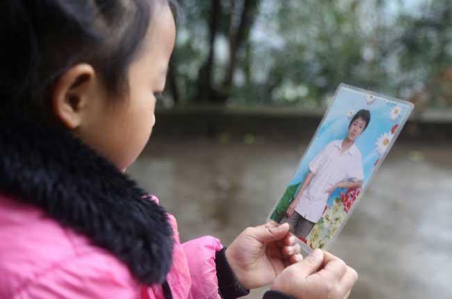 petite fille 5 ans grands meres s'occuper, Abandonnée cette Petite Fille de 5 Ans est seule à s'Occuper de ses Grands-Mères