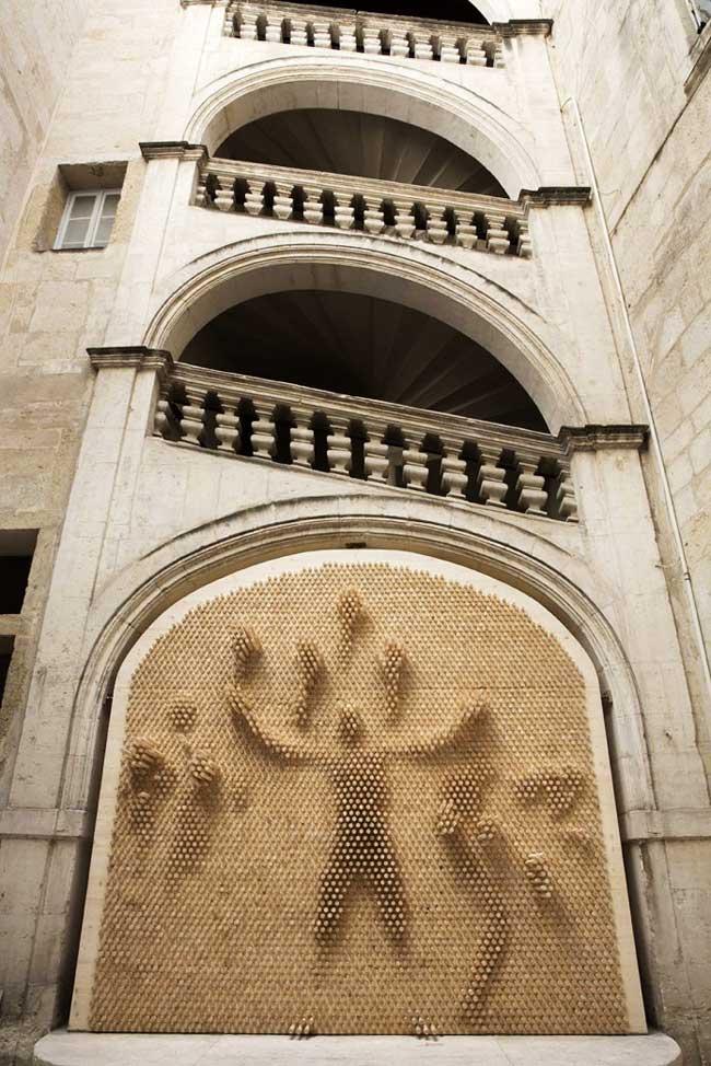 Installation Art ByMe, Monumentales Installations d'Art en Bois Inspirées du Pin Art