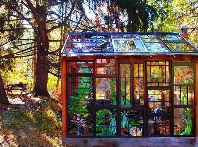, Vitraux Artistiques pour une Chaleureuse Cabane dans la Foret