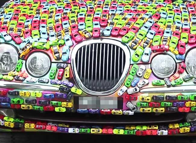, Il Couvre sa Jaguar S-Type de 4000 Petites Voitures Hot Wheels