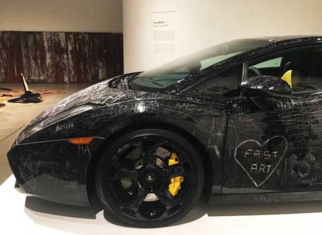 Vandalisme Art Lamborghini Gallardo, Les Visiteurs de ce Musée ont Détruit une Lamborghini Gallardo (video)