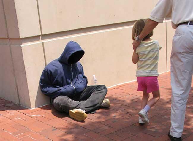 Mark Jenkins Street Art, Le Street Artiste Mark Jenkins Continue de Troller les Passants