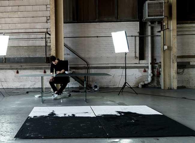 Tim Bengel Peinture Sable Or, Avec du Sable et des Feuilles d'Or, Il Réalise une Superbe Fresque de New York (Video)