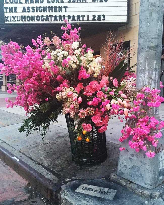 , Les Poubelles de NYC Transformées en Vases Géants de Fleurs