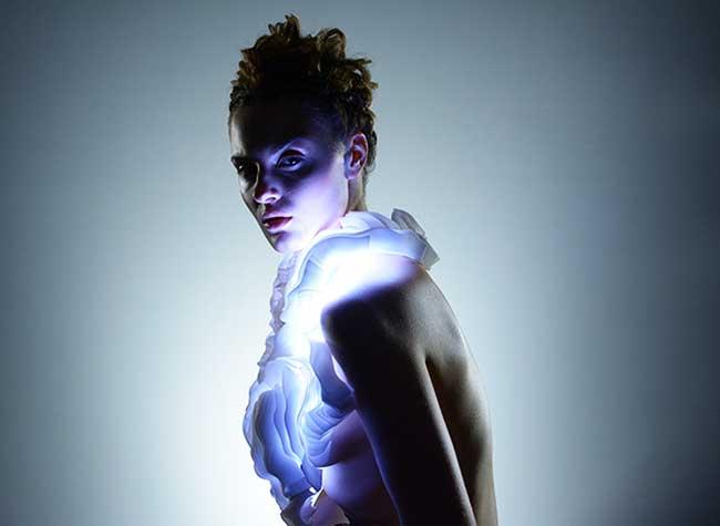 , Cette Artiste Imagine un Vêtement de Lumières LED Interactives