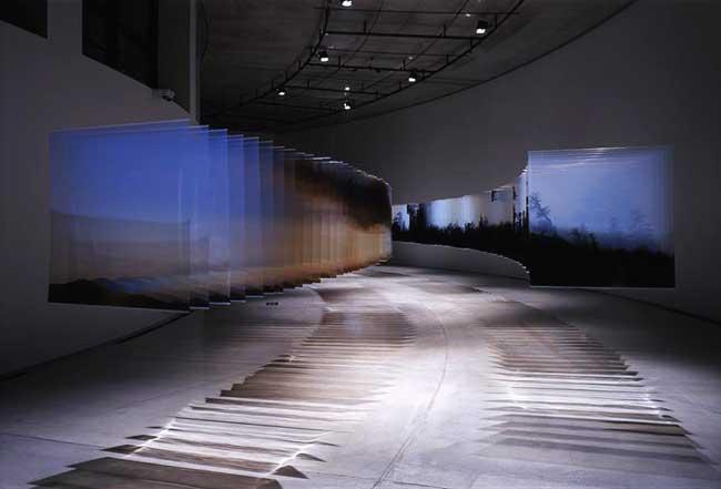 , Cet Artiste Capture le Temps qui Passe dans une Installation en Verre Acrylique