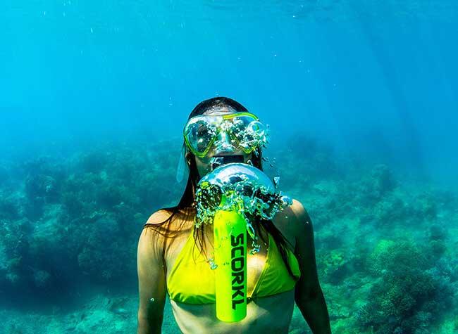 scorkl mini bouteille plongee respirer sous eau 5 - Mini Bouteille de Plongée Scorkl pour Respirer sous l'Eau (video)