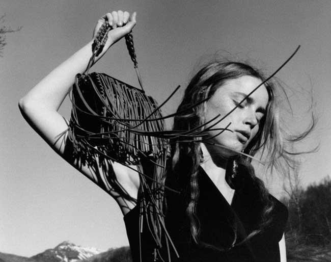 alexander mcqueen hiver 2017, La Femme Alexander McQueen Passe l'Hiver en Islande (video)